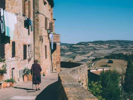 promenade de pienza dans le val d'orcia en toscane
