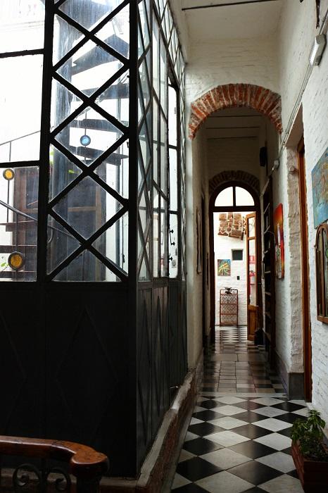 le couloir et l'escalier à gauche