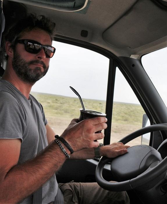 Hervé boit maintenant le maté même au volant, et même sur les pistes!