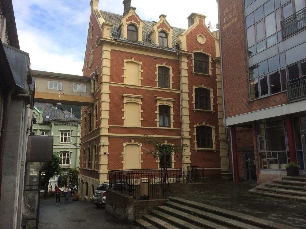 L'école catholique Saint Paul De BERGEN est adossée au presbytère
