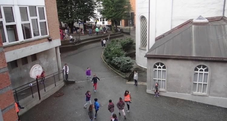Dans un contexte urbain, la cour se présente comme un petit jardin public