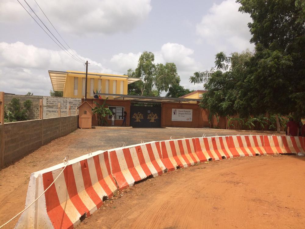 accès protégé de l'école Jacques Prévert à Saly Sénégal