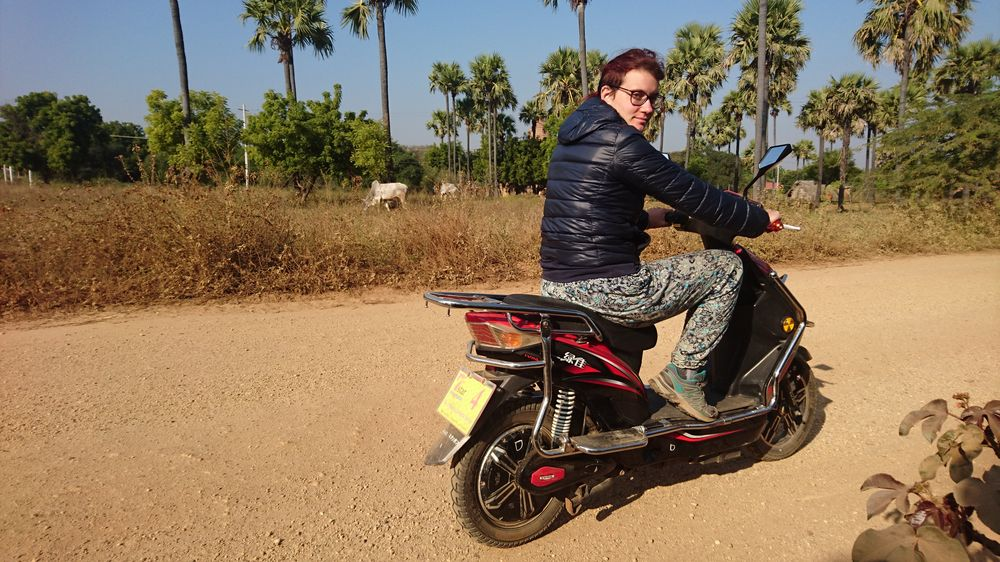 Lou en scooter à Bagan