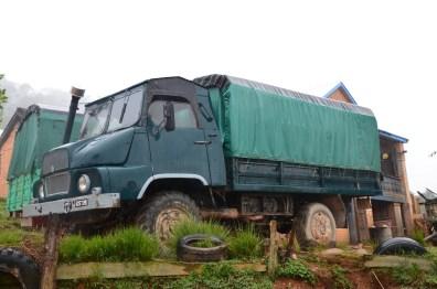 c'est dans un camion de ce genre que nous avons fait du stop et que le bois est transporté