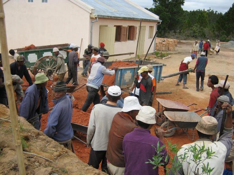 Les communautés villageoises autour du Centre Patrakala d'ODADI qui ont hâte d'avoir la nouvelle cuisine donnent les mains pour les remblais de l'emplacement