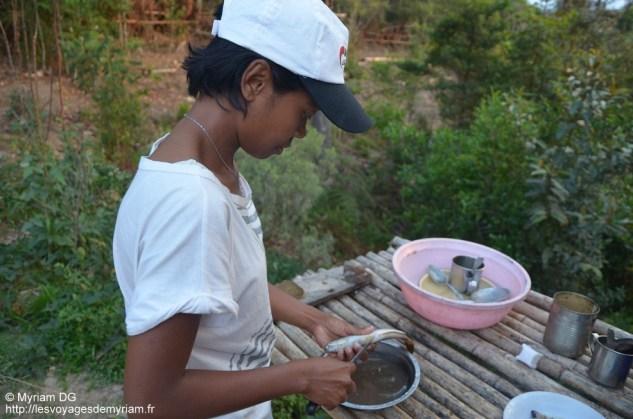 Mano qui prépare les petits poissons