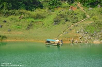 La barque qui normalement emmène les touristes visiter la grotte. Dommage pour moi, elle n'avait visiblement plus d'essence.