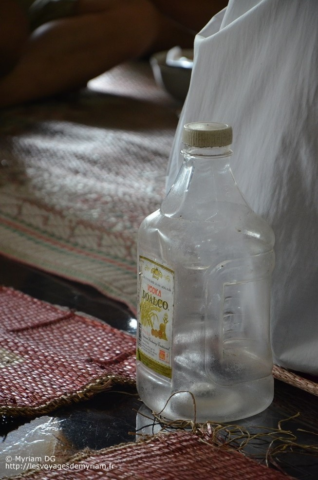 """En voyant la bouteille en plastique et l'étiquette je me suis dit """"oh pu*ain, ça va décaper"""". Finalement ça n'était pas de la vodka mais de l'alcool de riz et ça décapait encore plus que la vodka!"""