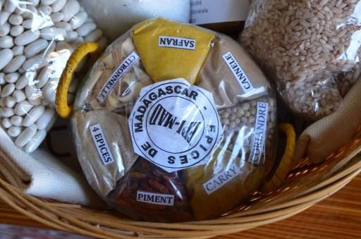 un anier gourmand à 28€ avec 1 lot de 6 sets de tables (31cmx33,5cm) et ses ronds de serviettes (en raphia) ainsi que le centre de table (115 cm sur 33cm), 1 pot de miel d'eucalyptus de 150g, 1 sachet de 150g de sucre vanillé (+ 1 gousse de vanille), 1 sachet de 200g de haricots blancs, 200g de riz