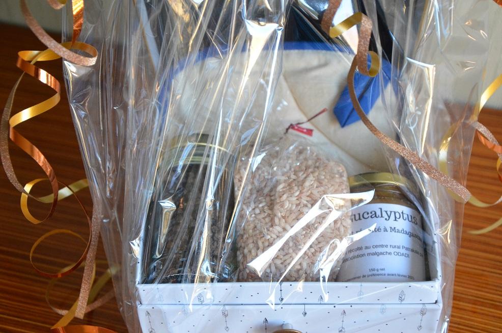 coffret pour découvrir les saveurs de Madagascar avec du poivre, du riz, du miel et cuisiner grâce à une paire de manique tout en fisant ses courses avec un super tote-bag de Femmes En Action