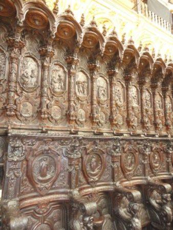 Chaises sculptées en acajou de la cathédrale de Cordoue