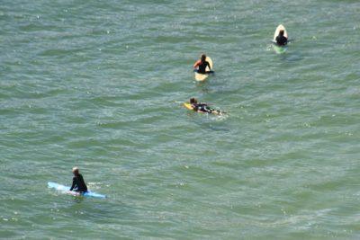 Les surfers sur la plage de Beliche