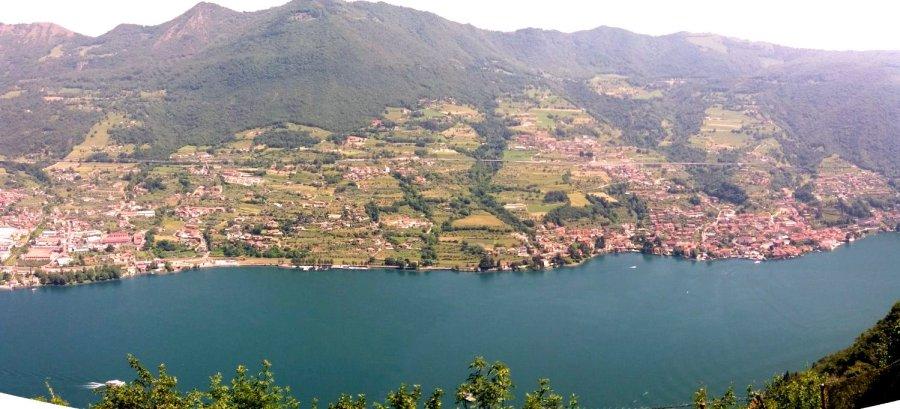 Vue sur le lac d'Iseo depuis Le sanctuaire Della Ceriola de Monte Isola