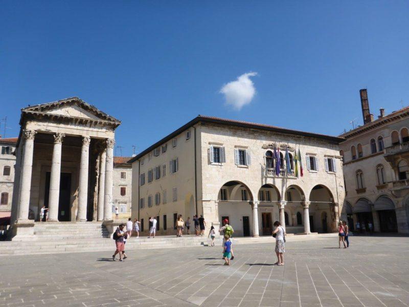Le forum à Pula avec l'hôtel de ville et le temple d'Auguste