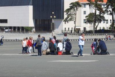 Pélerins à genoux devant le sanctuaire