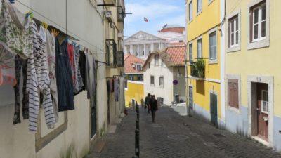 Les rues pavées et le linge aux fenêtres