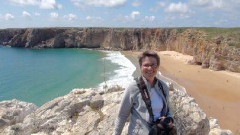 Myriam devant la plage de Beliche