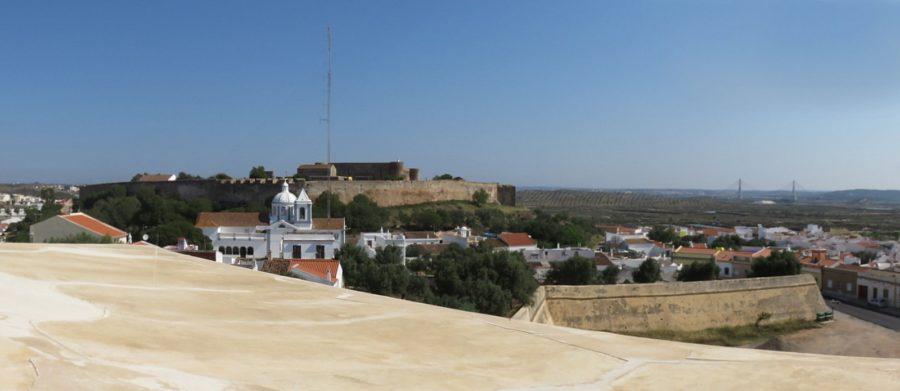Vue sur le village et le château Sao Sebastiao depuis la forteresse de Castro Marim