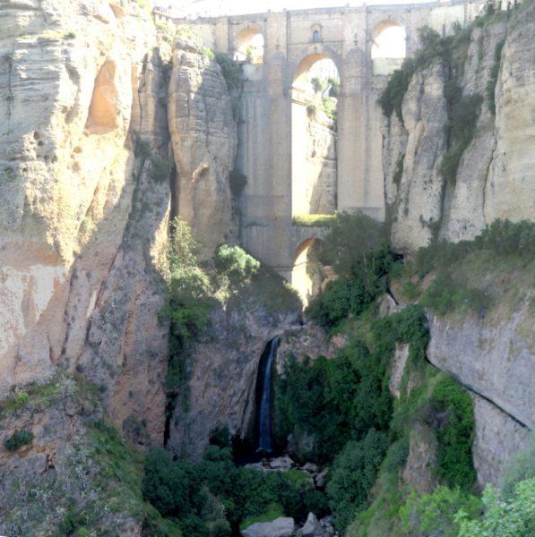 Vue du bas sur le pont Nouveau et la cascade de Ronda