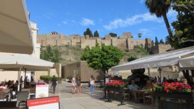 Rue piétonne au pied de l'Alcazaba de Malaga