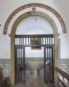 Les fonts baptismaux de la Igreja Matriz de Monchique
