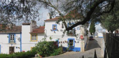 Jolies maisons blanches et bleues de Vila Viçosa