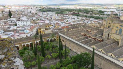 Vue sur Cordoue et la cour des orangers depuis le clocher de la Mezquita