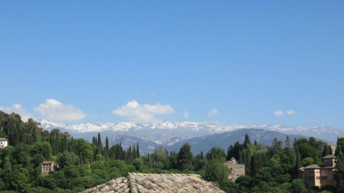 Vue sur l'Alhambra et la Sierra Nevada enneigée