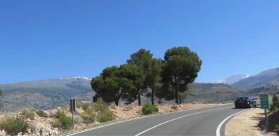 Sur la route des Alpujarras entre Grenade et Almeria et les sommets enneigés de la Sierra Nevada.
