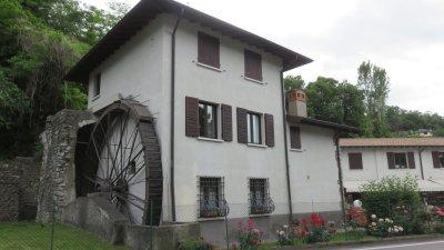 Salo - Belle bâtisse et son moulin à eau