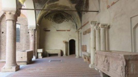 Colonnes et sarcophages du palais ducal de Mantoue