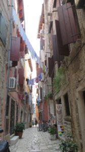 Les ruelles étroites et les guirlandes de linge à Rovinj