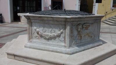 La fontaine de la place Vela à Krk (Croatie)
