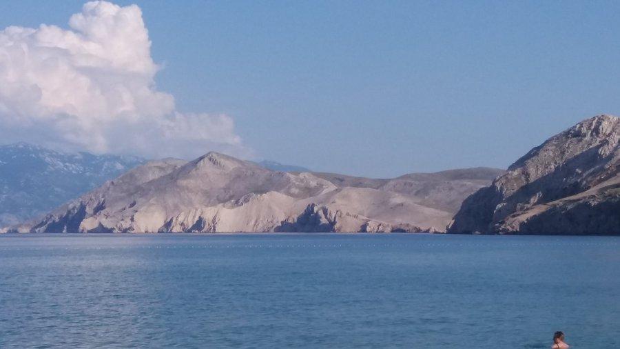 Les montagnes pelées du Velebit depuis la plage de Baska