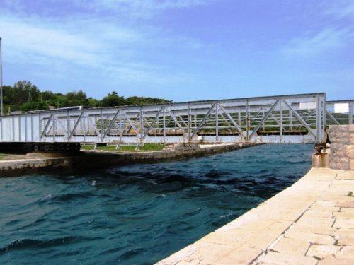 Le pont d'Osor entre les îles de Cres et de Losinj (Croatie)
