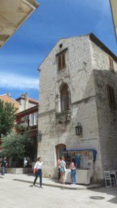 Dans les rues de la vieille ville à Zadar