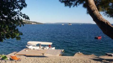 Le bateau taxi sur la plage du camping Belvédère de Seget Vranjica (Croatie)