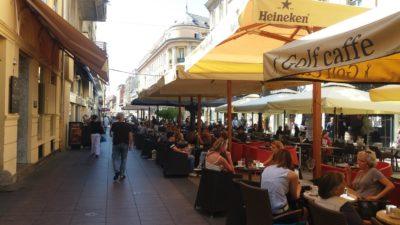Terrasses de restaurant dans les rues du centre de Zagreb