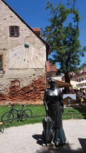 Statue de bronze et cadran solaire non loin de la rue Kaptol - Zagreb