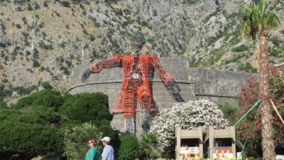 Les remparts décorés de la vieille ville de Kotor - Monténégro