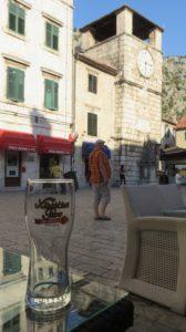 Petite bière en terrasse dans la vieille ville de Kotor - Monténégro