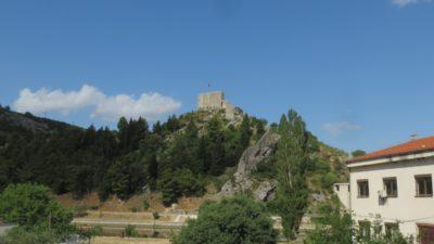 Vieille forteresse au sommet d'un village entre Skradin et Zagreb - Croatie