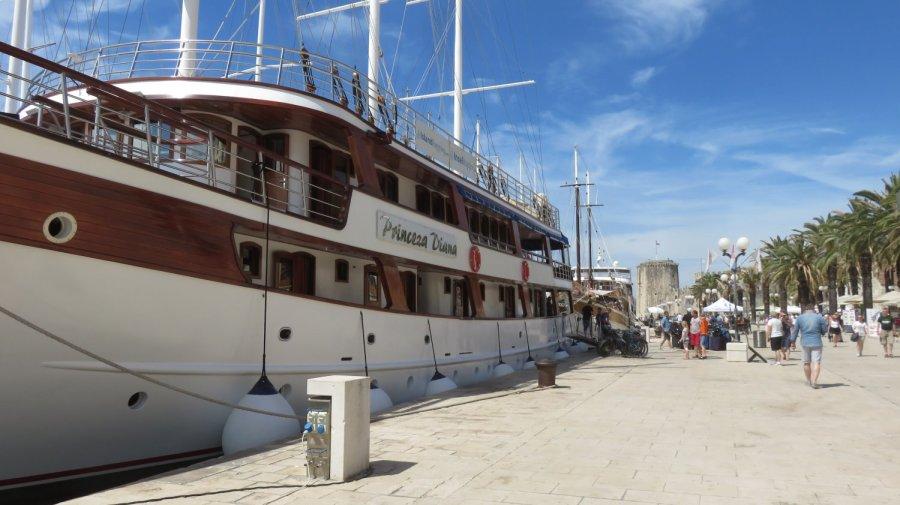 Bateaux de croisière sur le quai de Trogir