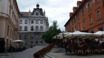Terrasses de café près du bâtiment de l'université de Ljubljana - Slovénie