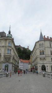 Vue sur le château depuis le pont du centre ville de Ljubljana