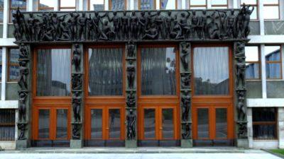 La porte magnifiquement décorée du parlement de Ljubljana (Slovénie)
