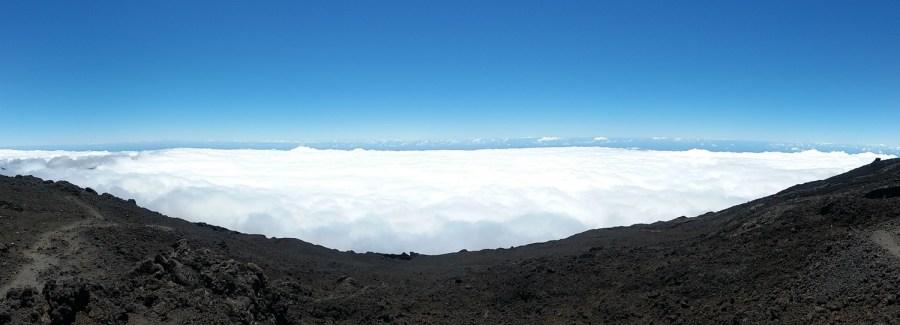 Une mer de nuages depuis le sommet du Piton de la Fournaise.