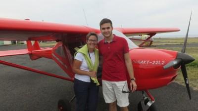 Pose avec le pilote après le vol en ULM - Réunion