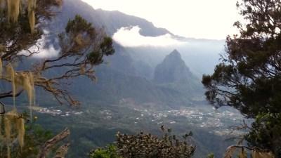 Vue sur Cilaos depuis la montée vers le Piton des Neiges