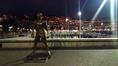 Funchal by night devant la statue de Cristiano Ronaldo